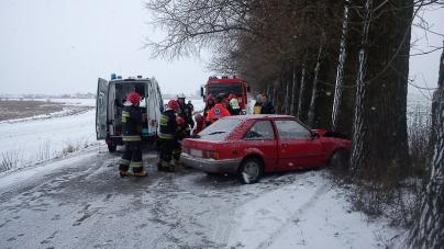 Samochód zatrzymał się na drzewie