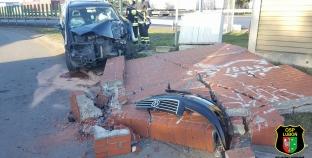Samochód uderzył w betonowy panel