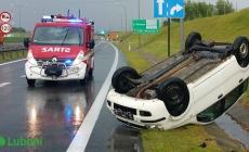Dachowanie samochodu osobowego na autostradzie – Kierowca ranny