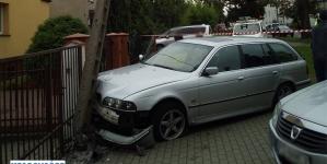 Wypadek na Armii Poznań – samochód uszkodził słup