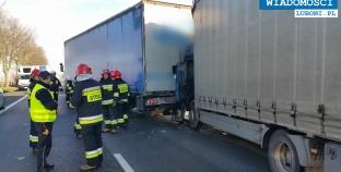 Wypadek dwóch ciężarówek na DK 5