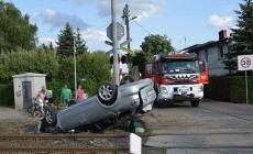 Dachowanie samochodu na przejeździe kolejowym