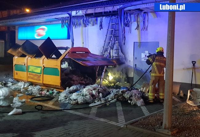Pożar śmieci oraz elewacji budynku