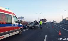 Dachowanie samochodu osobowego – 2 os. poszkodowane