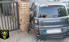 Samochód uderzył w zaparkowany pojazd