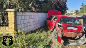 Samochód osobowy uderzył w słup energetyczny